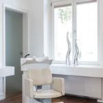 Ein Haarwaschsessel am Fenster