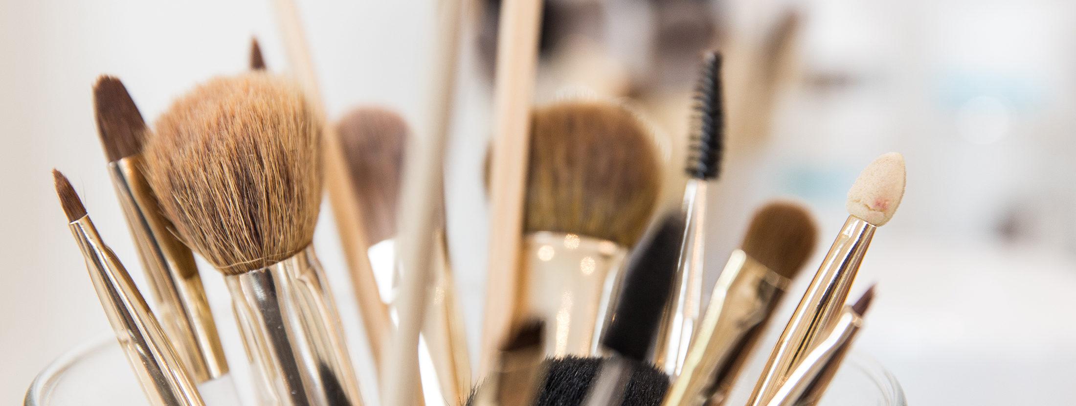 Diverse Pinsel und Makeup-Equipment